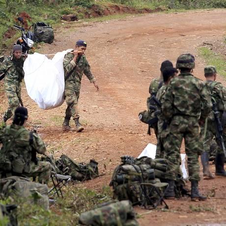 Militares colombianos carregam o corpo de vítima de ataque das Farc no vilarejo de La Esperanza. Ofensiva do Exército matou líder da 18ª divisão da guerrilha, Ramón Ruiz Foto: JAIME SALDARRIAGA / REUTERS