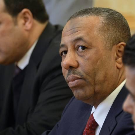 Abdullah al-Thani (centro). Primeiro-ministro líbio diz ter sofrido tentativa de assassinato ao deixar Parlamento em Benghazi Foto: ALEXANDER NEMENOV / AFP