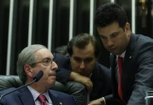 O presidente da Câmara dos Deputados, Eduardo Cunha, conversa com os deputados Rodrigo Maia, relator dos projetos da reforma política, e Leonardo Picciani, durante a votação do projeto Foto: ANDRÉ COELHO / Agência O Globo
