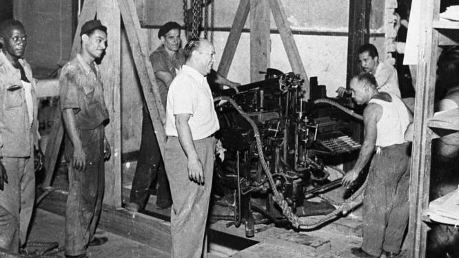 Mudança. Homens trabalham na saída da primeira sede do GLOBO Foto: Arquivo O Globo / arquivo
