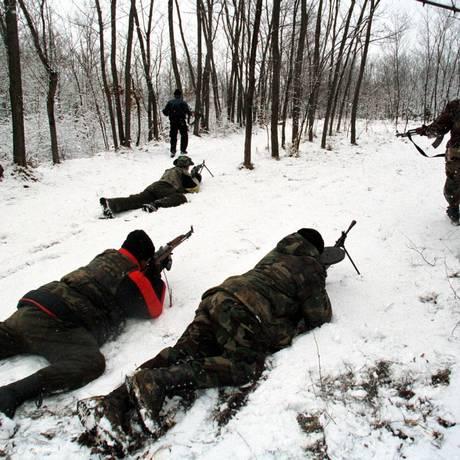 Membros do Exército de Libertação de Kosovo em Podujevo em janeiro de 1999, durante a guerra de independência. Enviado da ONU quer criação de tribunal para investigar crimes cometidos durante o período Foto: Yannis Behrakis / REUTERS