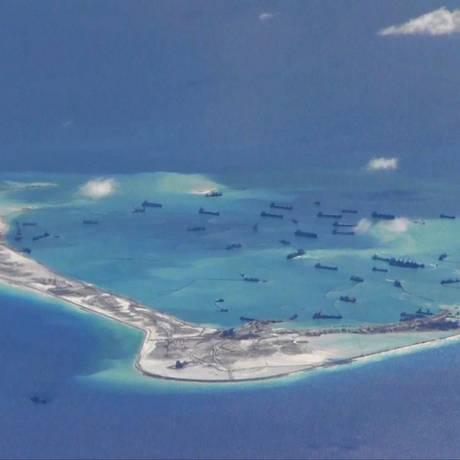 Embarcações de dragagem chinesas são vistas em torno das Ilhas Spratly, foco de disputas no Mar da China do Sul: postura cada vez mais agressiva na região Foto: HANDOUT / REUTERS