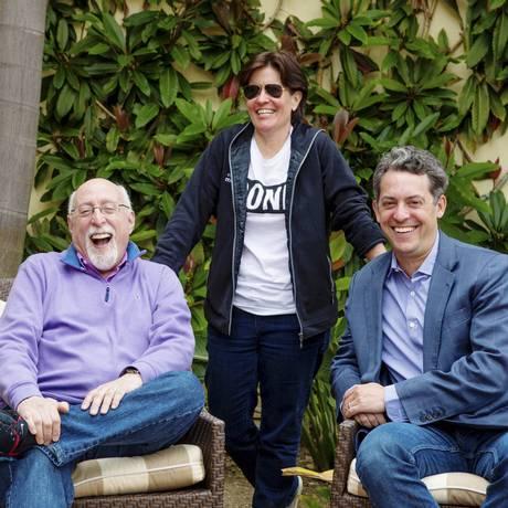 Walt Mossberg (esquerda) ed Kara Swisher (centro), que comandam o ReCode, comJim Bankoff, diretor-executivo do Vox Media Foto: KENDRICK BRINSON / NYT