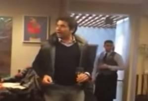 Agressividade. Homem hostiliza o ex-ministro Padilha e critica o Mais Médicos Foto: Reprodução