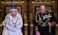 Rainha Elizabeth II prepara-se para ler discurso ao lado do príncipe Philip, duque de Edimburgo, durante a abertura da sessão legislativa no Palácio de Westminster, em Londres