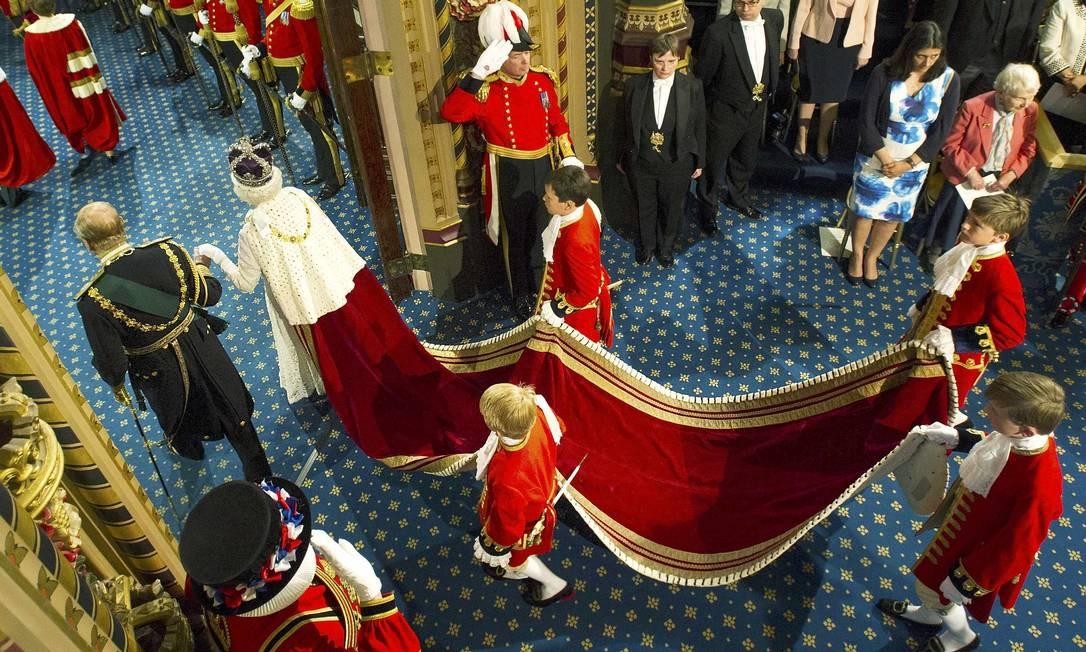 Na Galeria Real, Elizabeth aparece com a capa e a coroa POOL / Reuters