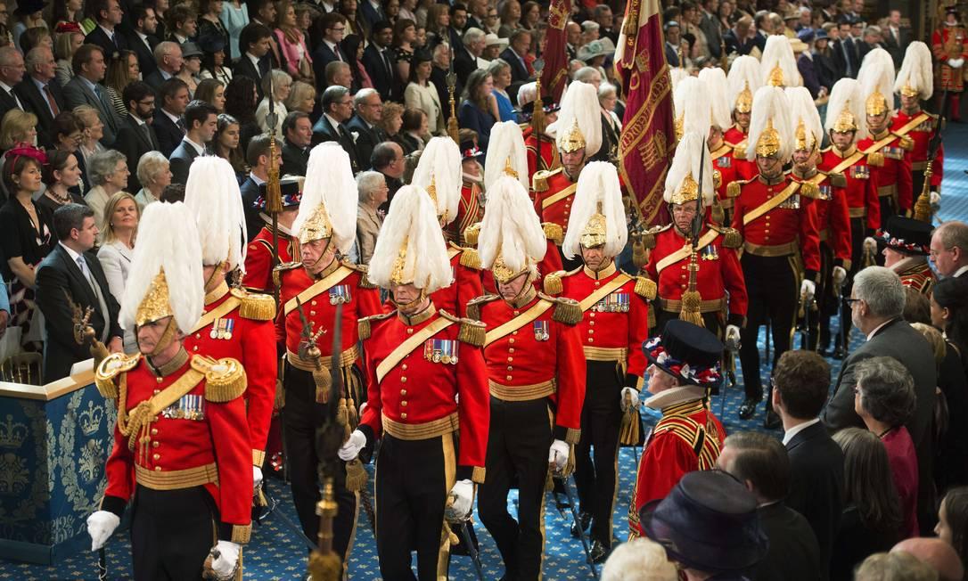Membros da Cavalaria Household atravessam a Galeria Real durante o discurso da rainha Geoff Pugh / AFP