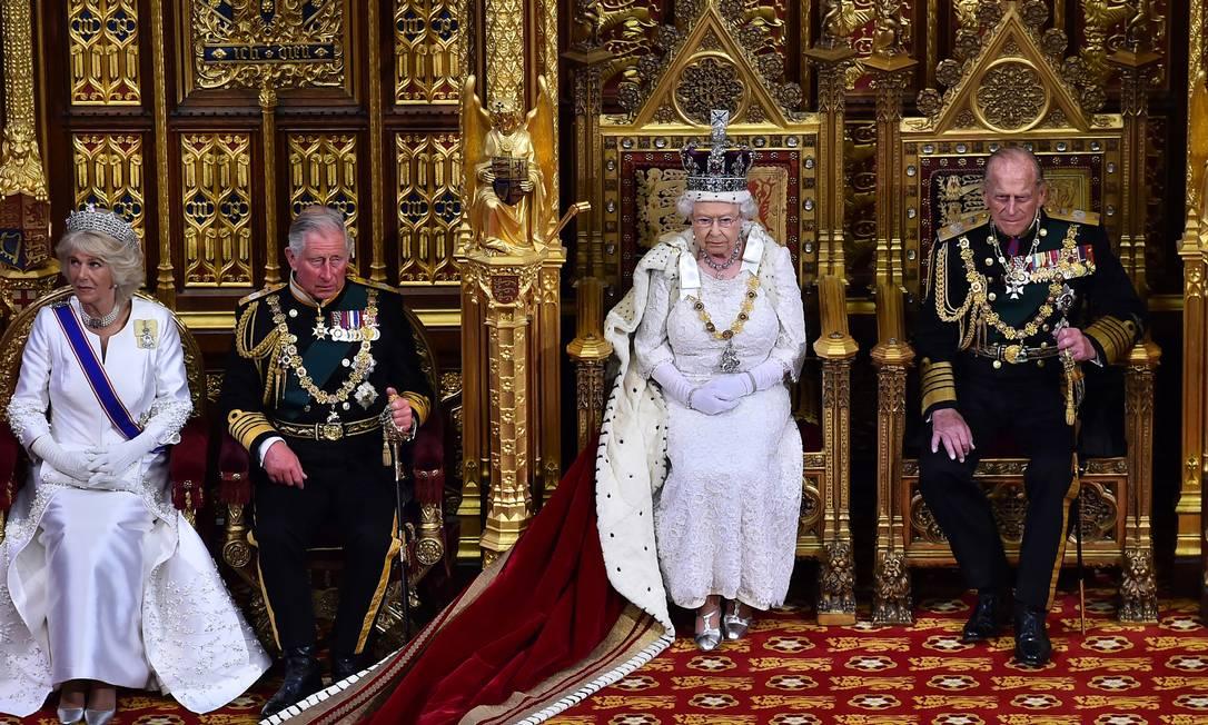 Elizabeth II na Câmara dos Lordes, ao lado do marido, Philip, do príncipe Charles e de Camilla: tradição Ben Stansall / AP