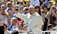 Papa Francisco saúda a multidão ao chegar à Praça de São Pedro para sua audiência semanal, nesta quarta-feira