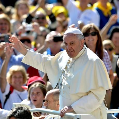 Papa Francisco saúda a multidão ao chegar à Praça de São Pedro para sua audiência semanal, nesta quarta-feira Foto: ALBERTO PIZZOLI / AFP
