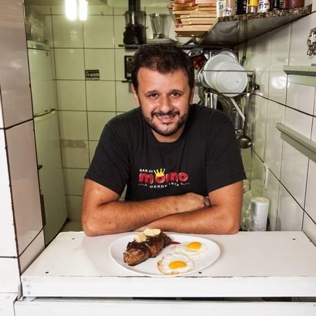 Os clientes do Momo fazem o pedido para Toninho (foto) na entrada da cozinha: bar não tem cardápio Foto: Bárbara Lopes / Agência O Globo