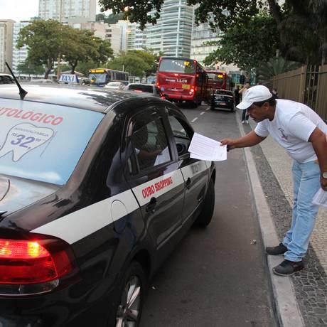 Fiscais da Subsecretaria de Transportes recolhem a tabela de valores Foto: Divulgação/Marcelo de Holanda