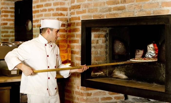Chef de forno: Ivan Dias conhece o segredo das massas e o tempo de fogo necessário para as pizzas Foto: Bia Guedes / Agência O Globo