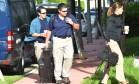 Agentes do FBI entram na sede da Concacaf durante a operação desta quarta-feira, em Miami Foto: GASTON DE CARDENAS / REUTERS