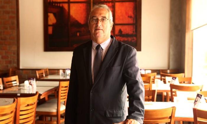 Gerente. Nei Amaro recebe os clientes no Cervantes do shopping Via Parque Foto: Angelo Antônio Duarte / Agência O Globo