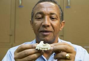 O pesquisador Yohannes Haile-Selassie com a mandíbula fossilizada Foto: LauraDempsey / Cleveland Museum of Natural History