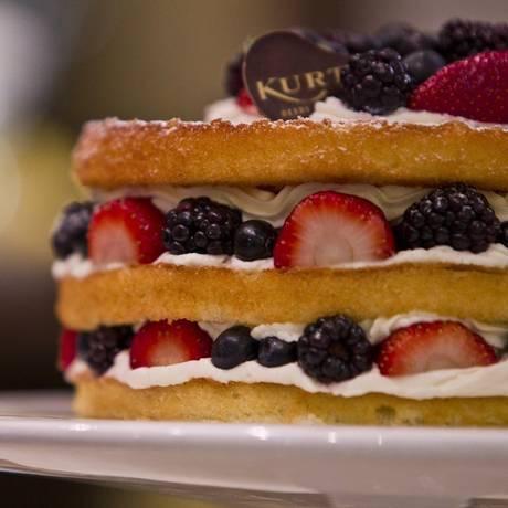 No Naked Cake, camadas de bolo branco intercaladas com chantilly e frutas vermelhas Foto: Guilherme Leporace/Agência O Globo