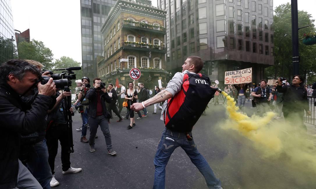 As medidas, no entanto, motivaram protestos em Londres contra a política de austeridade JUSTIN TALLIS / AFP