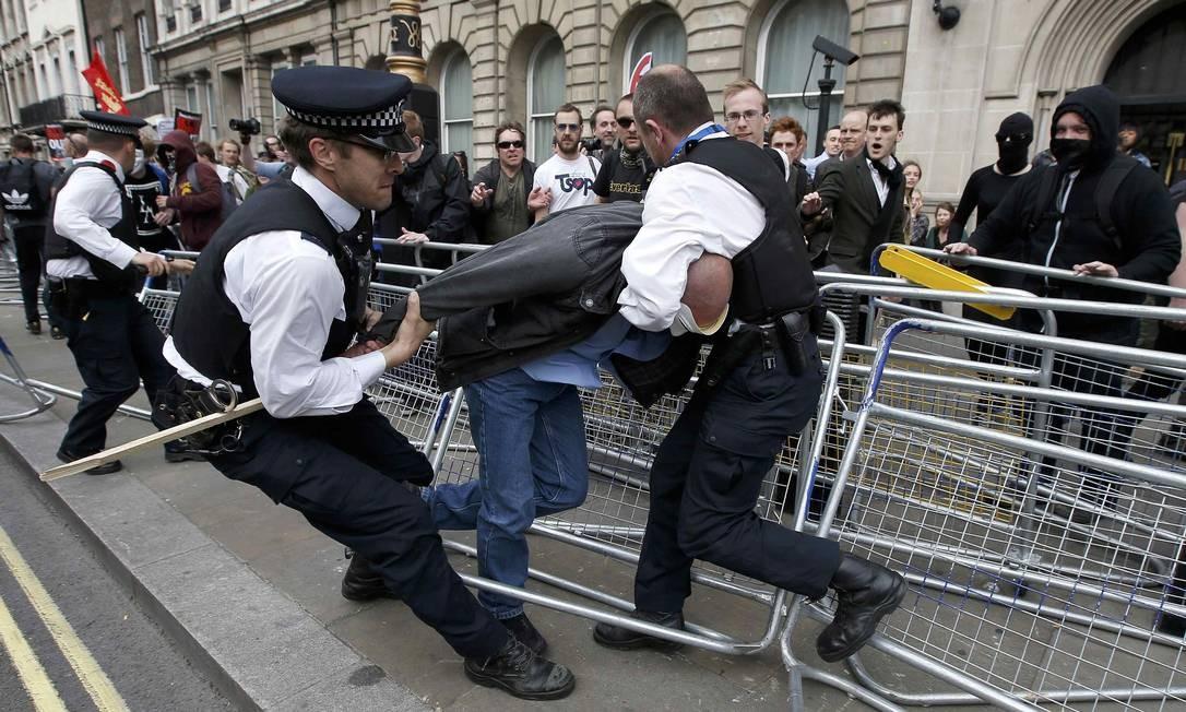 Policiais prendem um manifestante no centro de Londres Foto: PETER NICHOLLS / REUTERS