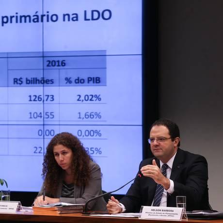 O ministro do Planejamento, Nelson Barbosa, ao lado da secretária de Orçamento, Esther Dweck, em audiência pública na Comissão Mista de Orçamento da Câmara Foto: ANDRE COELHO / Agência O Globo