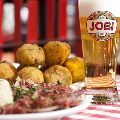 Entre os sucessos do Jobi estão o bolinho de bacalhau, a carne seca acebolada com farofa e o chope gelado Foto: Bárbara Lopes/Agência O Globo