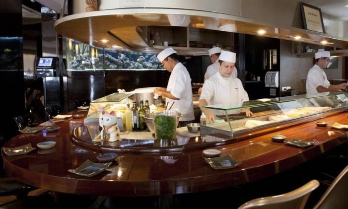 """Espremida no meio do salão fica a cozinha de frios do Sushi Leblon: comida japonesa também se """"abrasileirou"""" Foto: Bárbara Lopes"""