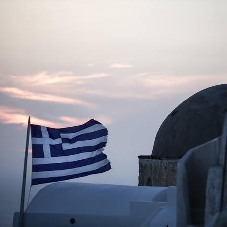 Bandeira grega tremula em Santorini Foto: Yorgos Karahalis / Bloomberg News