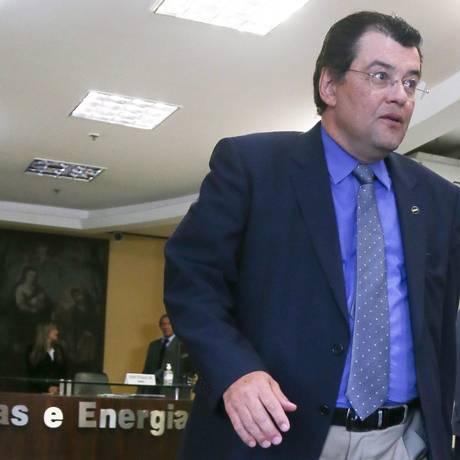 BRASIL - BRASÍLIA -BSB - 20/01/2015 - O ministro de Minas e Energia Eduardo Braga deixa o ministério em direcão ao Palácio do Planalto para reunião na Casa Civil. FOTO ANDRE´ COELHO / Age^ncia O Globo Foto: André Coelho / Agência O Globo/20-01-2015