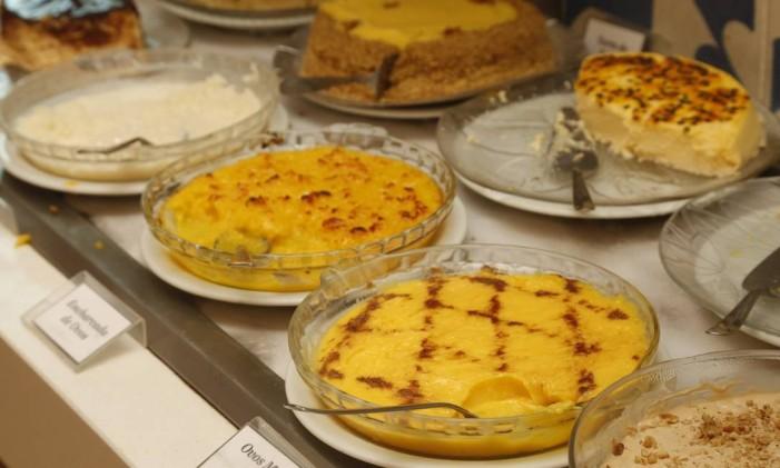 Ovos moles e encharcada são algumas opções de sobremesa oferecidas diariamente no bufê da casa Foto: Agência O Globo / Felipe Hanower