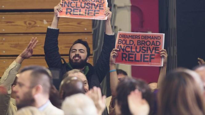 Ativistas favoráveis ao novo plano de imigração carregam cartazes em Connecticut, em novembro do ano passado. Governo decidiu não levar desbloqueio de ações executivas de Obama à Suprema Corte Foto: SAUL LOEB / AFP
