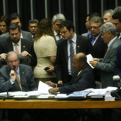 Eduardo Cunha se reúne com líderes de partidos na mesa da Câmara Foto: André Coelho / Agência O Globo