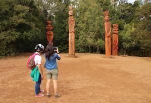 Estátuas mapuche no Cerro Ñielol, em Temuco Foto: Eduardo Maia / O Globo