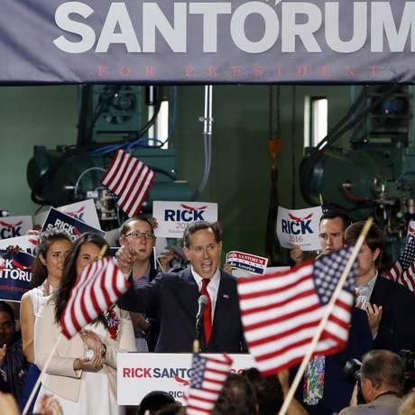 Rick Santorum (centro) anuncia sua candidatura à Presidência na Pensilvânia. Ex-senador é uma das vozes mais conservadoras do Partido Republicano e venceu 11 primárias na campanha de 2012 Foto: Keith Srakocic / AP