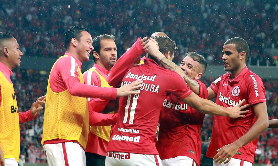 Rafael Moura, ao centro, é abraçado ao marcar o gol da classificação do Internacional JEFFERSON BERNARDES / AFP