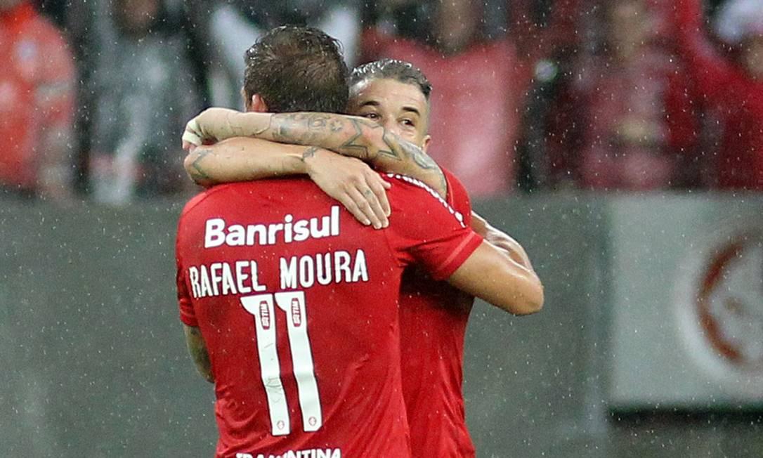 Rafael Moura e D'Alessandro se abraçam após o segundo gol Nabor Goulart / AP