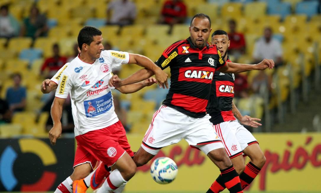 Fabiano Eller e Alecsandro disputam a bola no Maracanã Cezar Loureiro / Agência O Globo