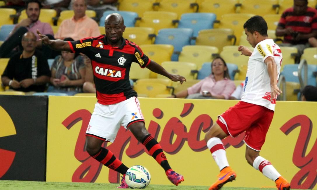 O colombiano Armero é marcado por um jogador do Náutico Cezar Loureiro / Agência O Globo