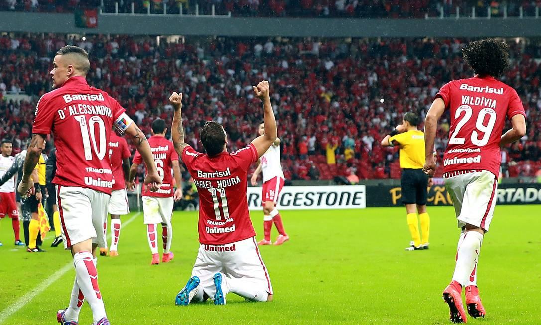Rafael Moura comemora gol pelo Inter em jogo da Libertadores do ano passado JEFFERSON BERNARDES / AFP