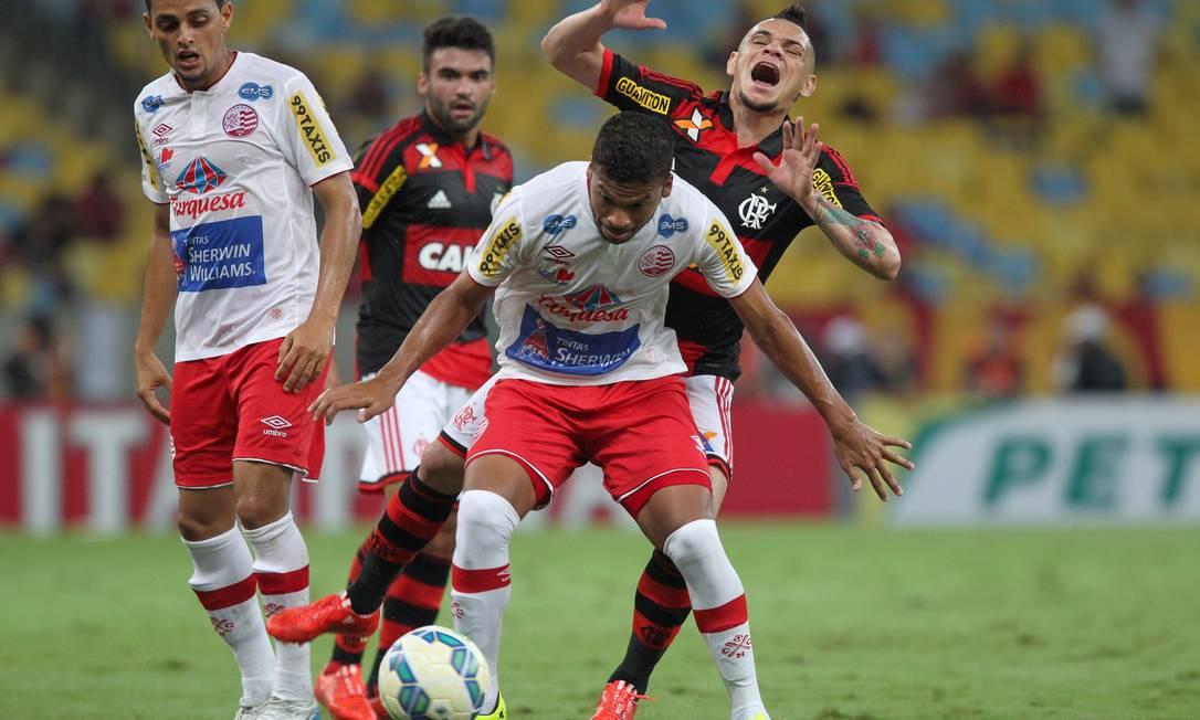 Pará reclama falta em dividida com jogador do Náutico Cezar Loureiro / Agência O Globo