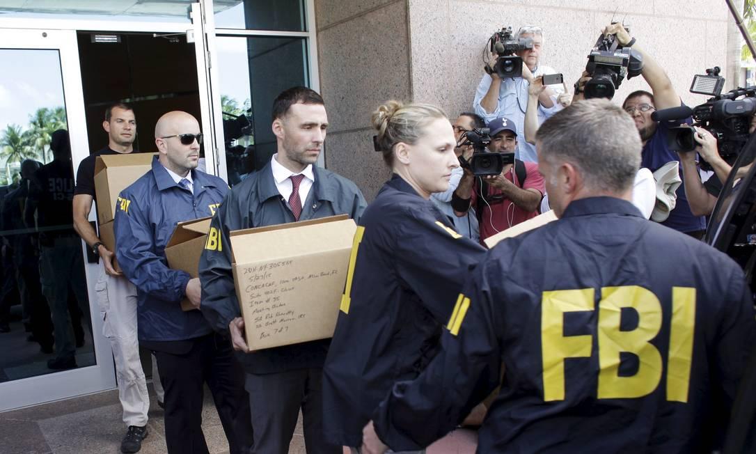 Agentes do FBI retiram caixas com documentos da sede da Concacaf em Miami JAVIER GALEANO / REUTERS