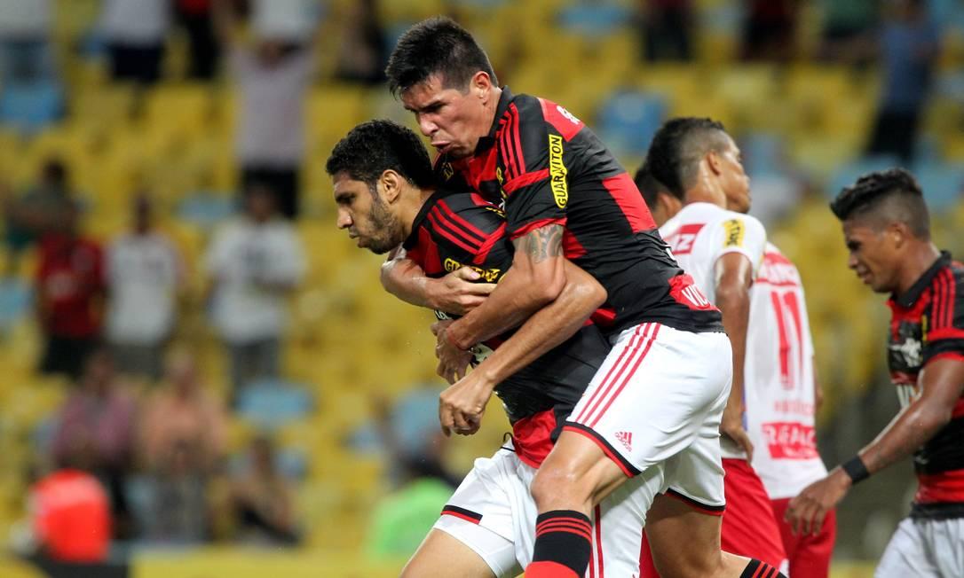 Wallace é abraçdo por Cáceres ao abrir o placar para o Flamengo Cezar Loureiro / Agência O Globo