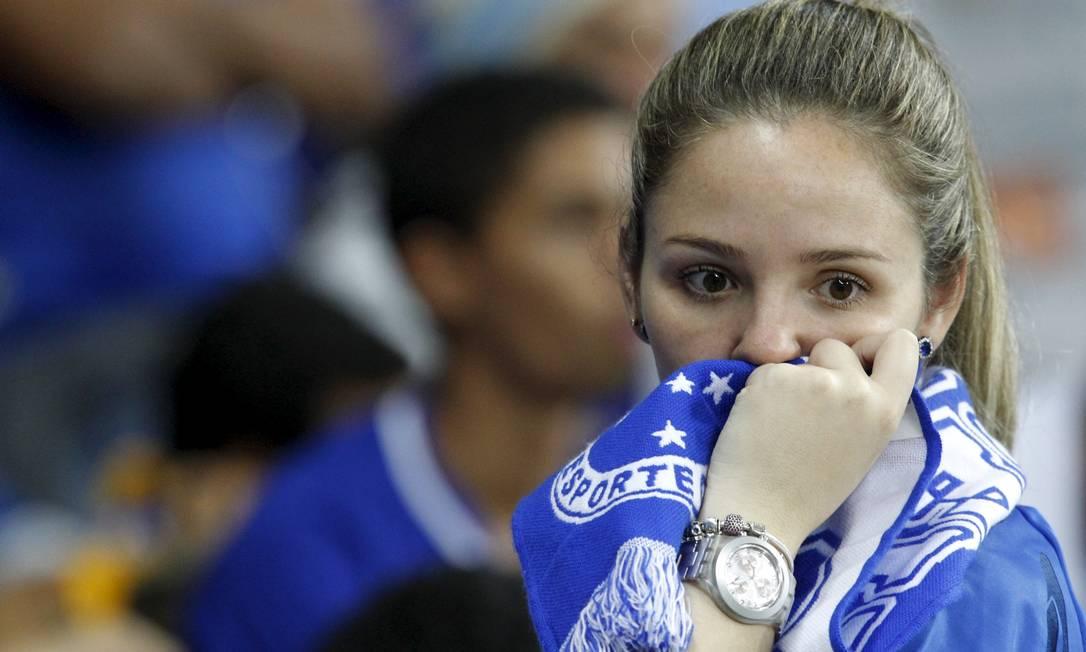 A torcedora cruzeirense parece não acreditar na derrota em pleno Mineirão WASHINGTON ALVES / REUTERS