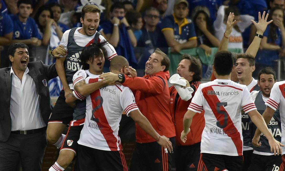 Jonatan Maidana comemora um dos gols do River Plate Douglas Magno / AFP