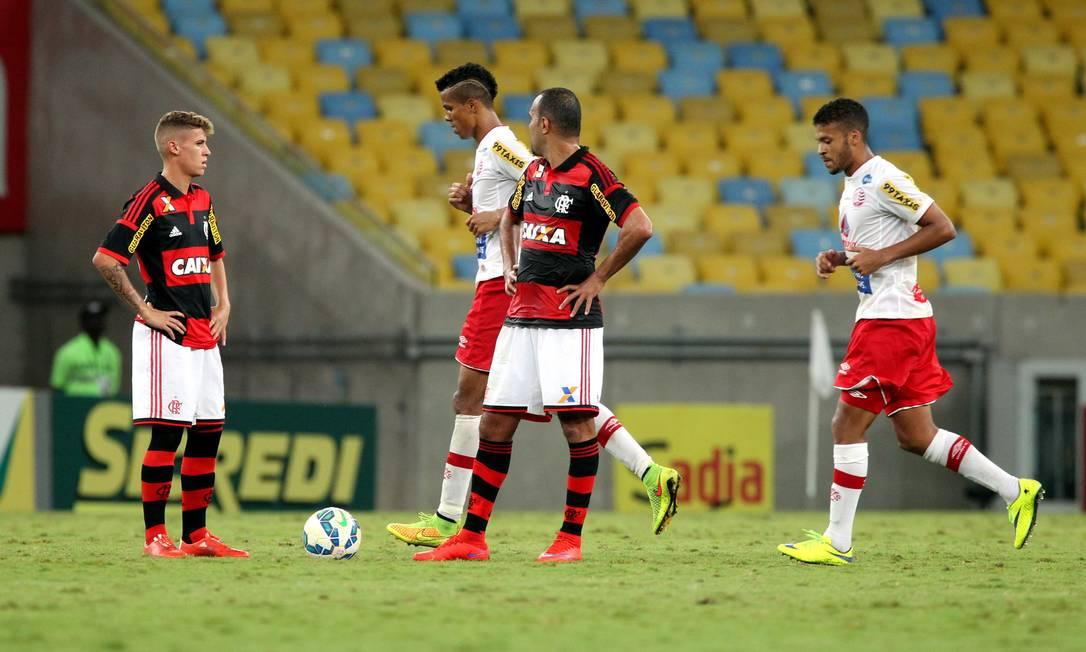 A decepção de Matheus Sávio e Alecsandro após o gol de empate do Náutico Cezar Loureiro / Agência O Globo