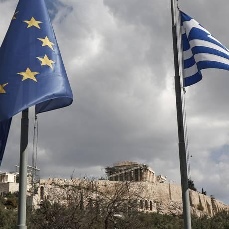 Bandeiras da UE e da Grécia tremulam em Atenas Foto: Yorgos Karahalis / Bloomberg News/15-2-2015