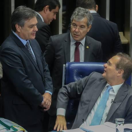 Renan Calheiros, presidente do Senado, conversa com Cássio Cunha Lima (PSDB) e Jorge Vianna (PT), durante a votação da MP 668 Foto: André Coelho / Agência O Globo