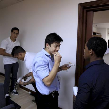 Ângelo Assumpção (à direita) conversa com os colegas de ginastica que o teriam ofendido, após os depoimentos da última terça-feira perante auditor do STJD da CBG, no Rio Foto: Fernando Quevedo/26-05-2015