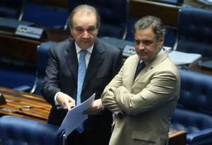 Os senadores José Agripino (DEM) e Aécio Neves (PSDB), durante a votação da Medida Provisória 668 Foto: André Coelho / Agência O Globo