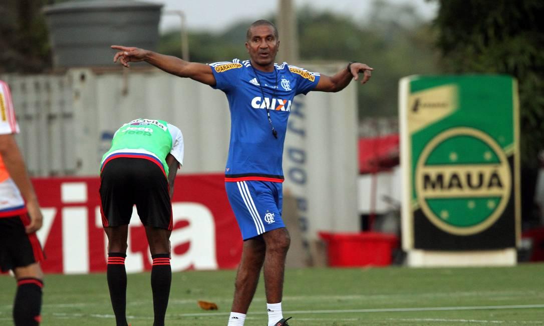 Cristóvão Borges orienta os reservas do Flamengo no treino no Ninho do Urubu Cezar Loureiro / Agência O Globo