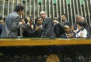 Lideranças de partidos cercam o presidente da Câmara, Eduardo Cunha, durante votação de mais itens da reforma política na Câmara Foto: ANDRE COELHO / Agência O Globo